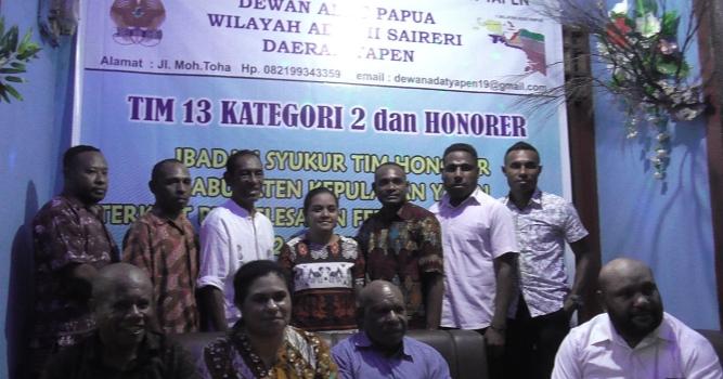 foto bersama honorer kabupaten Kepulauan Yapen dengan Dewan Adat, anggota komisi satu DPR Papua Yonas Nussi dan Dolfina Dimara serta Sekretaris LMA Papua Paskalis Netep